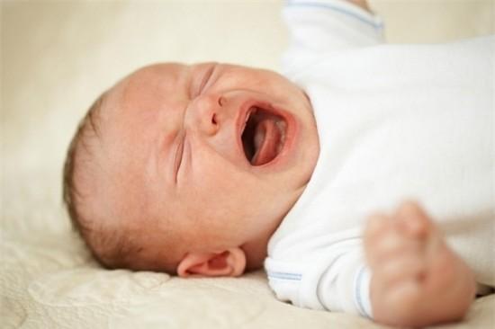 Giấc ngủ của trẻ sơ sinh - bé hay đổ mồ hôi trộm