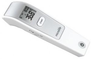 Nhiệt kế đo trán trẻ bị sốt