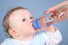 sử dụng điều hòa đúng cách - cho trẻ uống nhiều nước