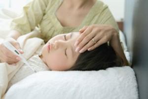trẻ bị sốt, viêm đường hô hấp trên