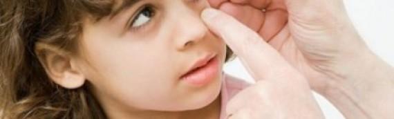 Hướng dẫn xử trí khi trẻ bị chấn thương mắt và cách phòng ngừa tai nạn ở mắt